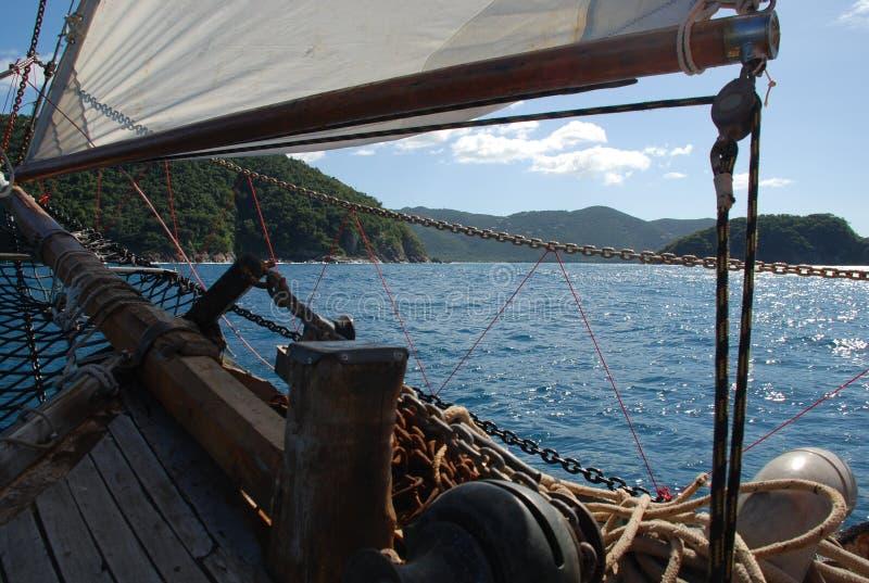 Detalles y San Juan, islas caribeñas del barco de vela imagenes de archivo
