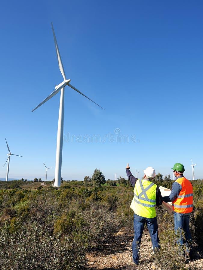 Detección de las turbinas de viento de la instalación fotos de archivo