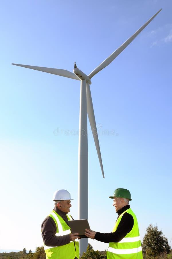 Detección de las turbinas de viento de la instalación imagenes de archivo