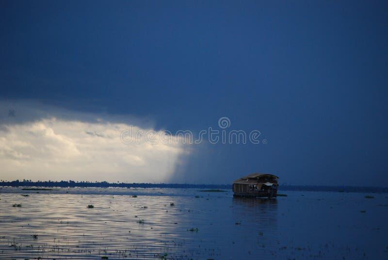 Detectando a chuva em águas traseiras de Kerala imagens de stock royalty free