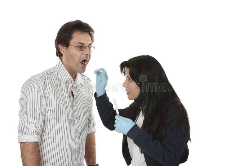 Detective bij het werk gerechtelijk bewijsmateriaal royalty-vrije stock foto