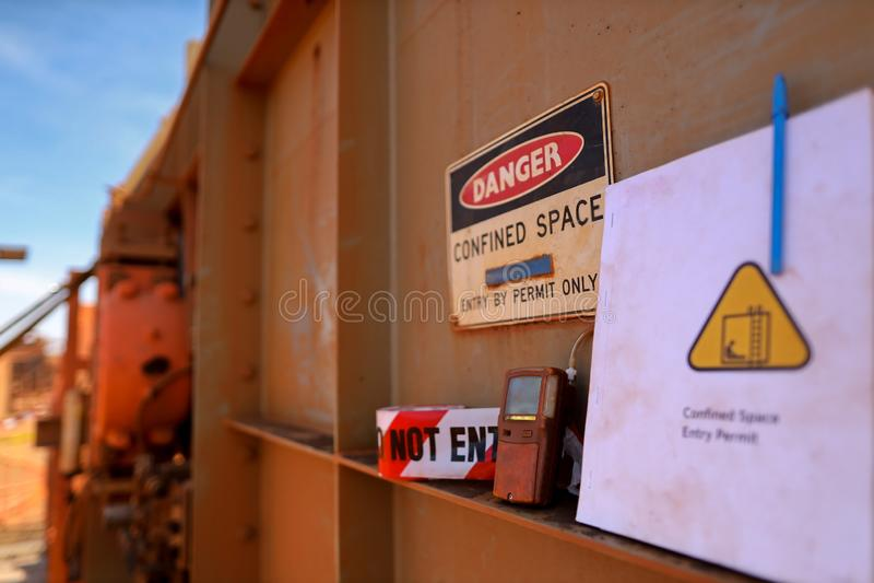 Detector atmosférico de ensaio de fuga de gás na porta de entrada do compartimento confinado imagens de stock royalty free