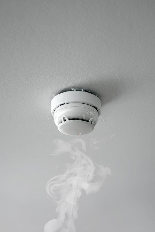 Detector de fumo do alarme de incêndio na ação foto de stock royalty free