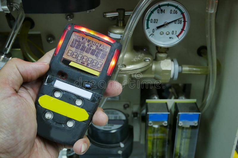 Detector de gas personal de H2S, escape del gas del control Concepto de la seguridad foto de archivo