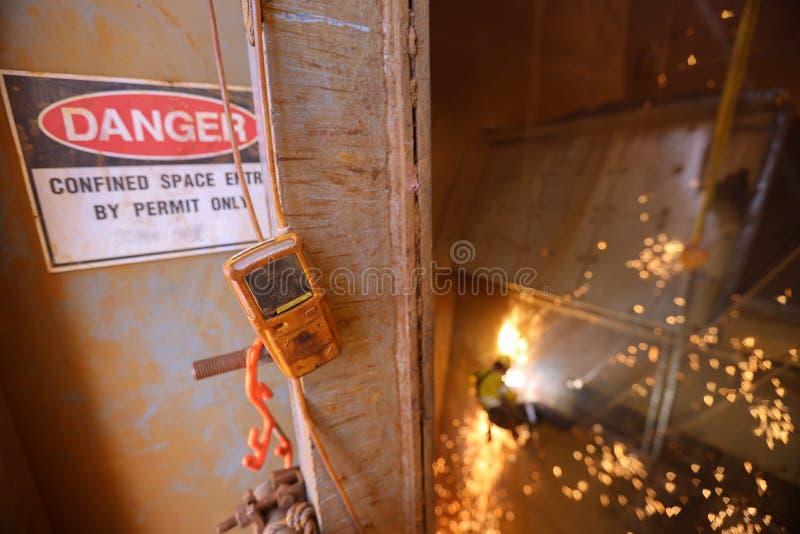 Detector de gases atmosférico pendurado à entrada de espaço confinado e saída da porta do buraco do homem continua a monitorizar imagem de stock royalty free