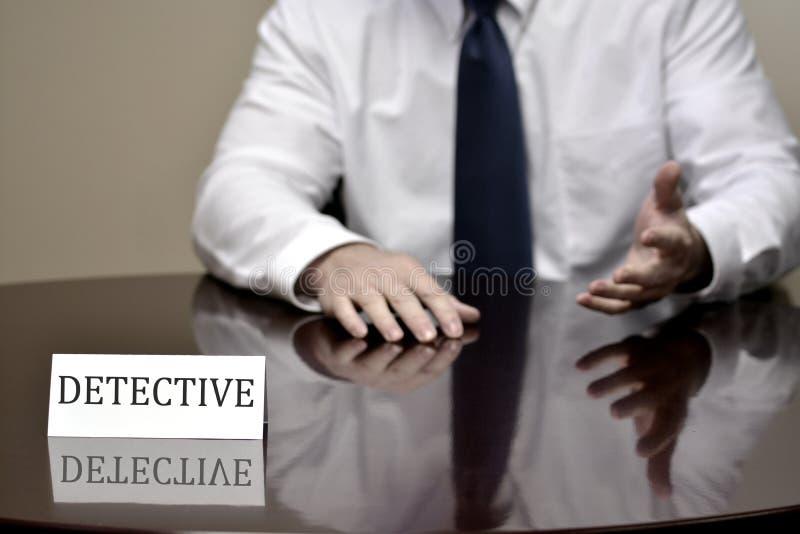 Detektiv At Desk mit Namen-Zeichen lizenzfreie stockbilder