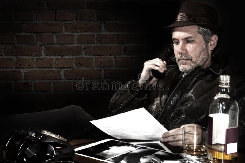 Detektiv in seinem Büro stockfoto