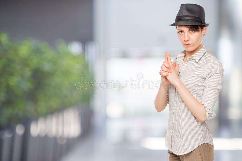 Detektivfrau greift Gewehr ab stockbilder