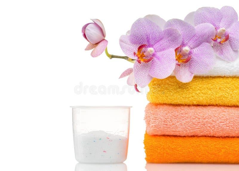Detergens voor wasmachine in wasserij met handdoeken stock afbeelding