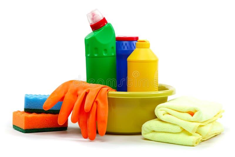 Detergent flessen, rubberhandschoenen en schoonmakende spons. royalty-vrije stock afbeelding