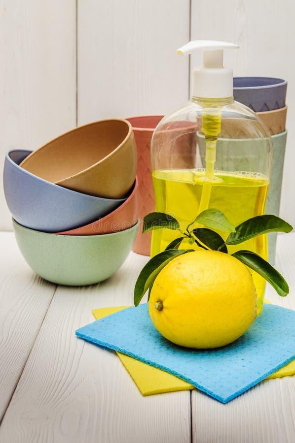 detergente líquido y limón foto de archivo libre de regalías