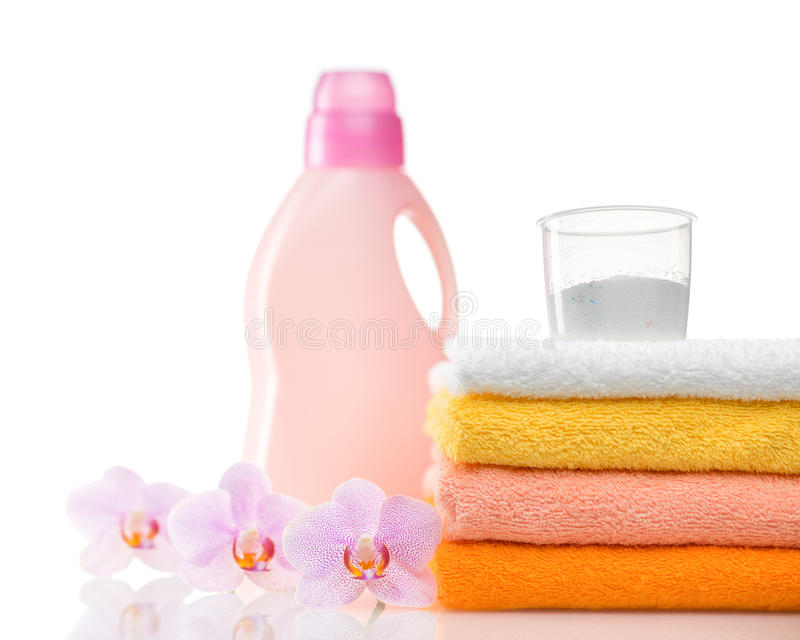 Detergente para a máquina de lavar na lavanderia com toalhas imagens de stock royalty free