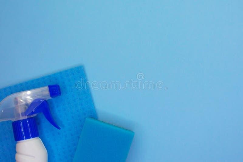 Detergentes e acess?rios de limpeza na cor azul Servi?o da limpeza, ideia da empresa de pequeno porte fotos de stock