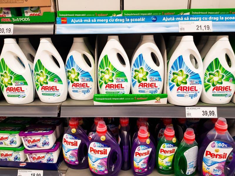 Detergentes líquidos de Ariel e de Persil no supermercado local fotografia de stock