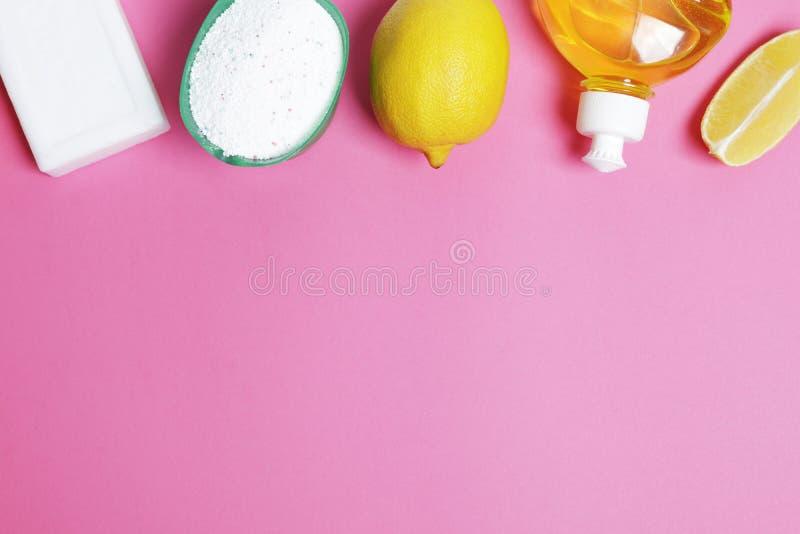 Detergentes para las manchas del blanqueo en un fondo rosado fotos de archivo