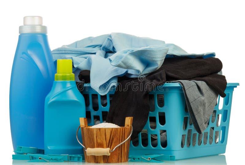 Detergentes y ropa en baske fotografía de archivo libre de regalías