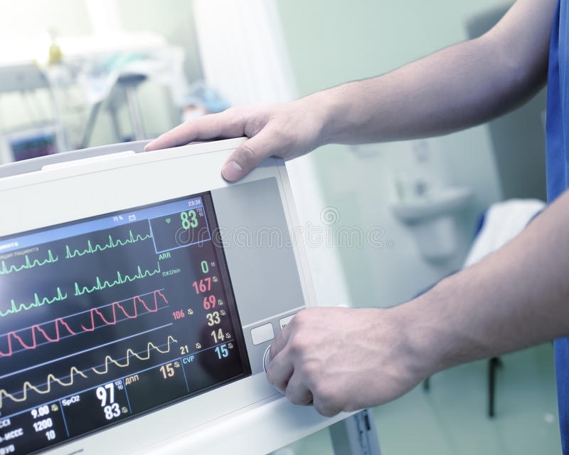 Determinación de un monitor médico en el hospital fotos de archivo libres de regalías