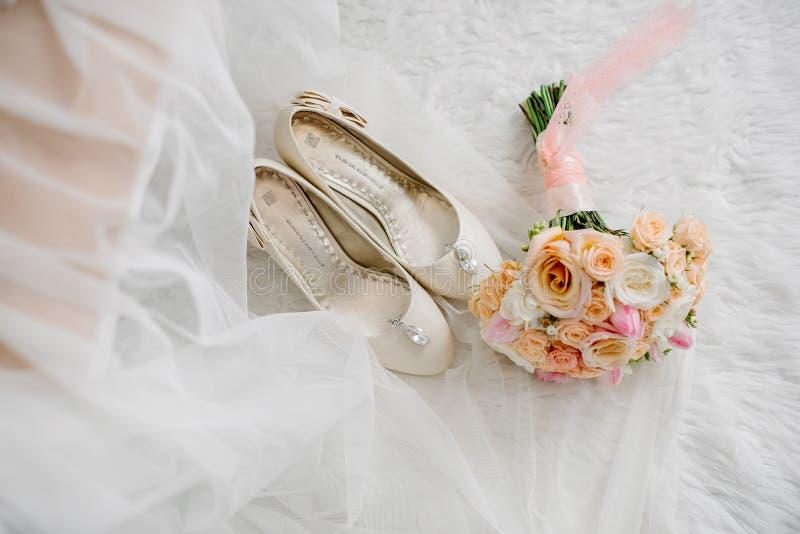 Determinaci?n de los art?culos que se casan de la novia en el campo de entrenamiento fotos de archivo libres de regalías