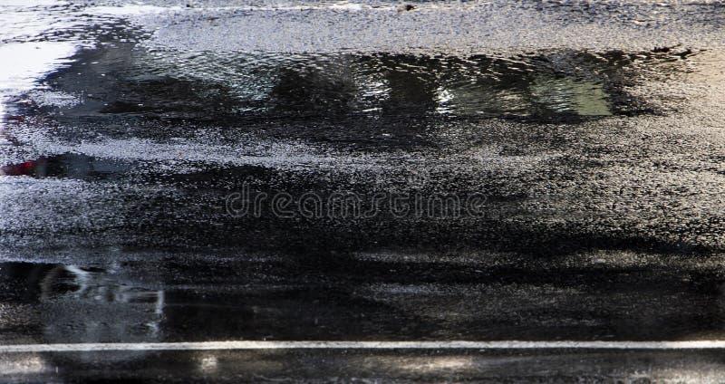 Determinare riflessione dell'automobile nella via bagnata della città nel mosso fotografia stock libera da diritti