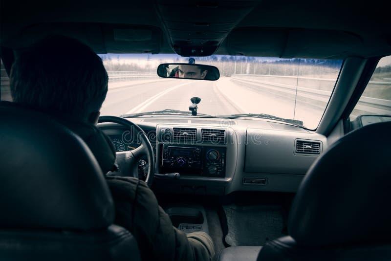 Determinare un punto di vista automobilistico della terza persona immagini stock