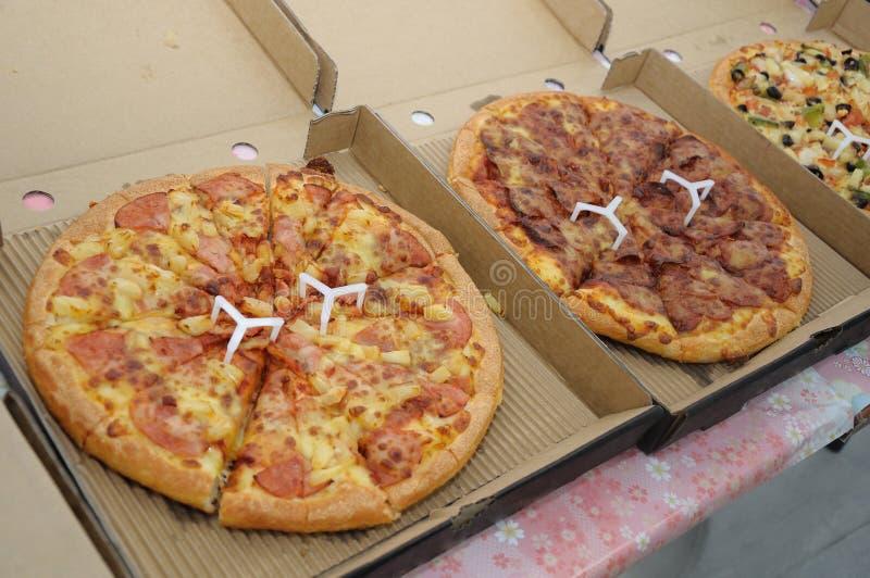 Determinate pizze nelle scatole pronte per servire fotografia stock libera da diritti