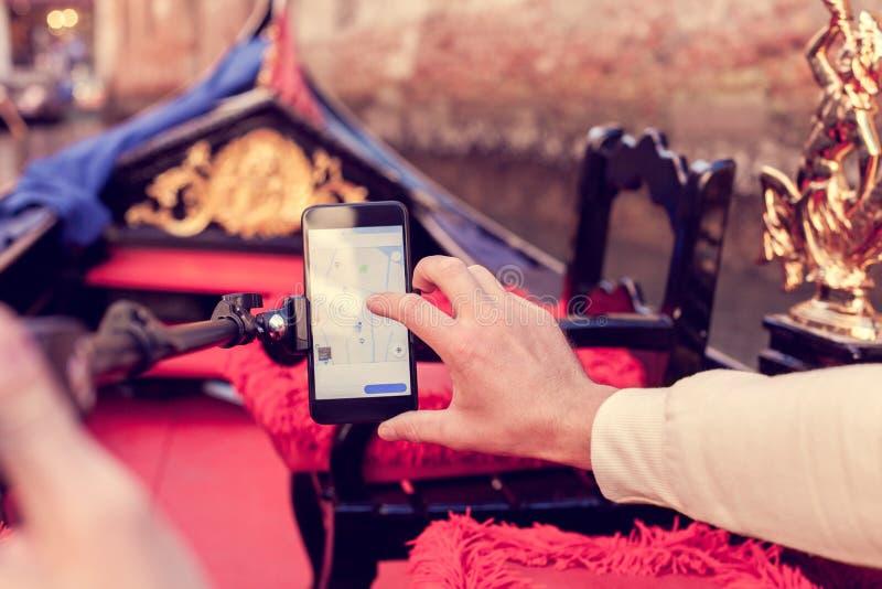 Determinazione dell'itinerario facendo uso di un telefono cellulare fotografia stock libera da diritti