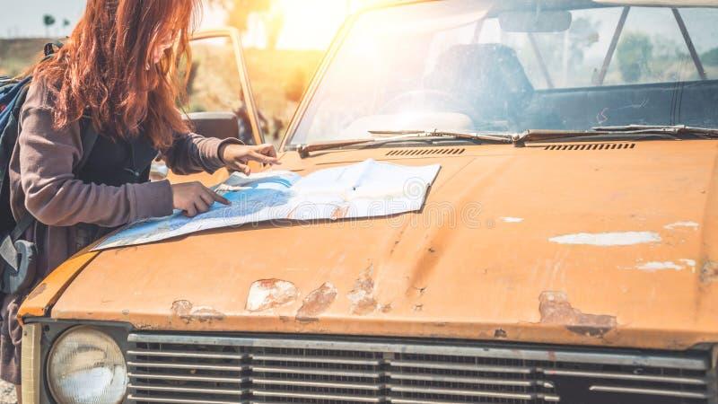 Determini il vecchio viaggio di automobile Montagna femminile mA della natura di viaggio dei viaggiatori immagine stock libera da diritti