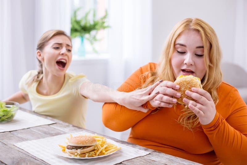Determinować gruba kobieta je kanapkę obraz stock