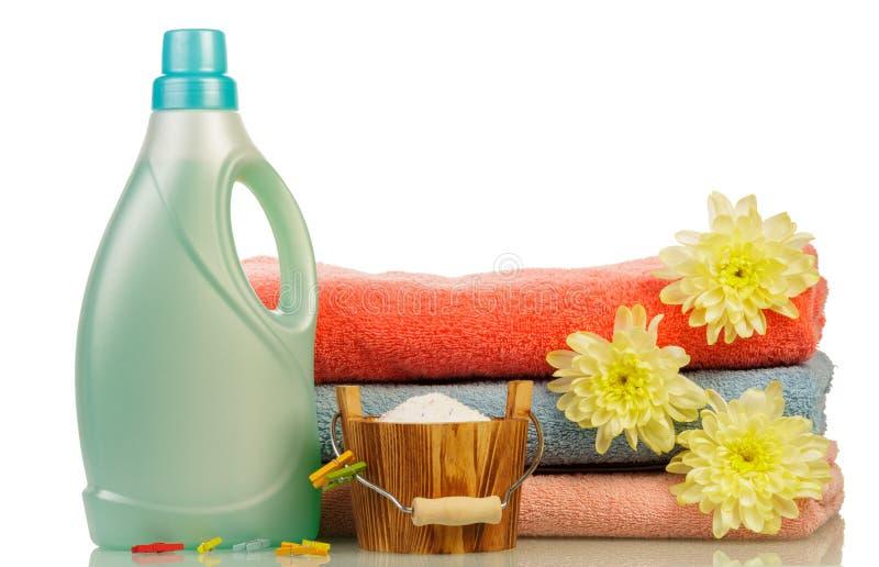 Detersivo in bottiglia ed asciugamani fotografie stock