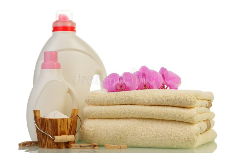 Detersivo in bottiglie ed asciugamani fotografia stock