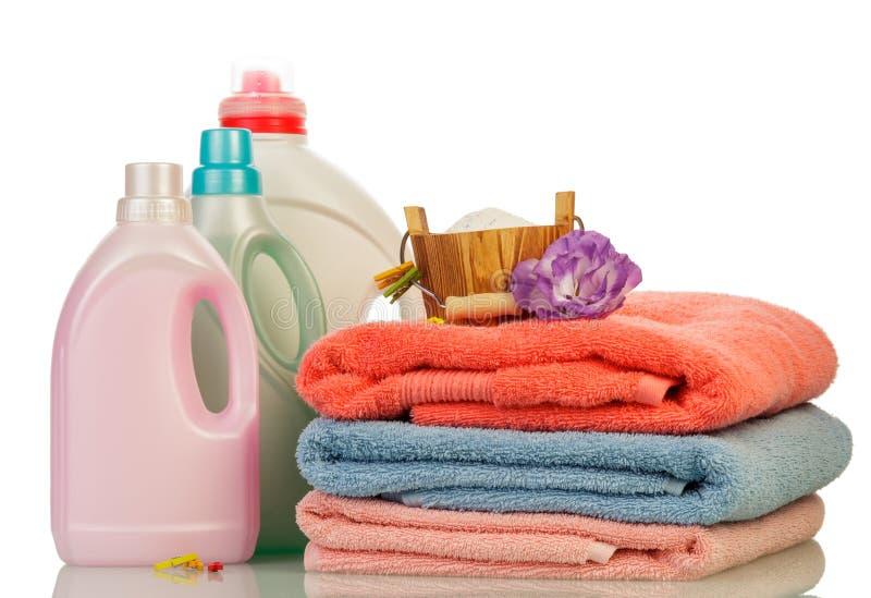 Detersivo in bottiglie ed asciugamani fotografie stock libere da diritti