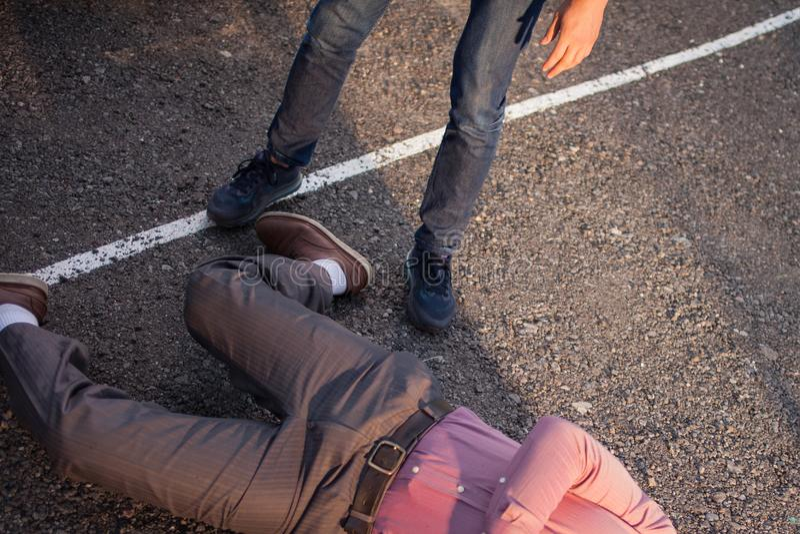 Detetive na cena do crime Um homem está sobre o corpo da vítima crime fotos de stock royalty free