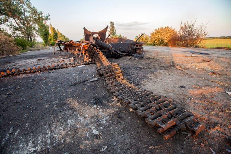 Detonazione delle conseguenze delle munizioni del carro armato, di azioni di guerra, del conflitto di Donbass e dell'Ucraina immagine stock libera da diritti