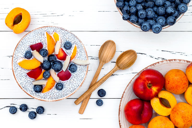 Detox και υγιής έννοια κύπελλων προγευμάτων superfoods Πουτίγκα σπόρων chia γάλακτος καρύδων Vegan πέρα από τον αγροτικό πίνακα μ στοκ φωτογραφία με δικαίωμα ελεύθερης χρήσης