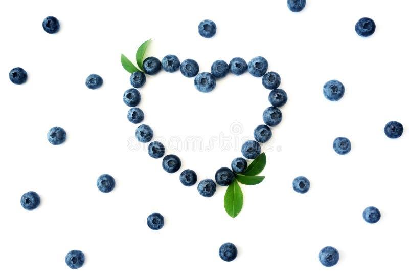 Detox för ram för sommarblåbärhjärta som isoleras på vit bakgrund Förälskelsebär gränsar design Slut upp bästa sikt eller lägenhe royaltyfri fotografi