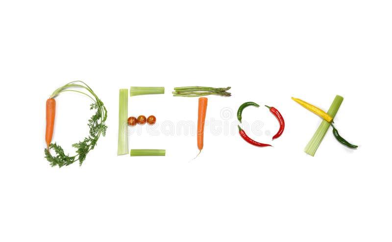Detox geschrieben mit Gemüse in gesundes Nahrungskonzept lizenzfreies stockfoto