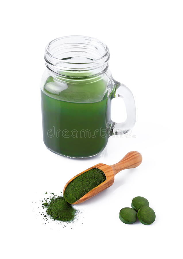 Detox, gesunder Lebensstil, Meerespflanze, organische spirulina und Chlorellapillen und Pulver, Getränk lokalisiert lizenzfreies stockfoto