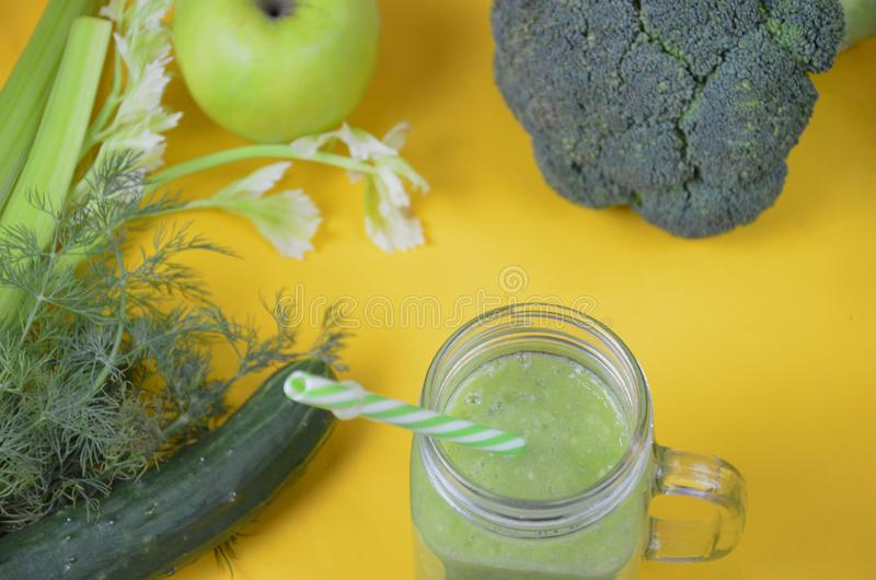 Detox gezonde groene smoothie in metselaarkruik met ingrediënten: spinazie, selderie, komkommer, sla, gember, venkel, kalk en royalty-vrije stock afbeeldingen