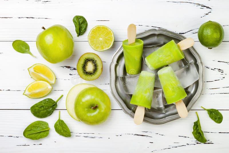 Detox, gezonde groene smoothieijslollys stock fotografie