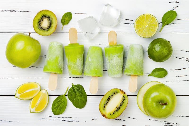 Detox, gezonde groene smoothieijslollys stock foto