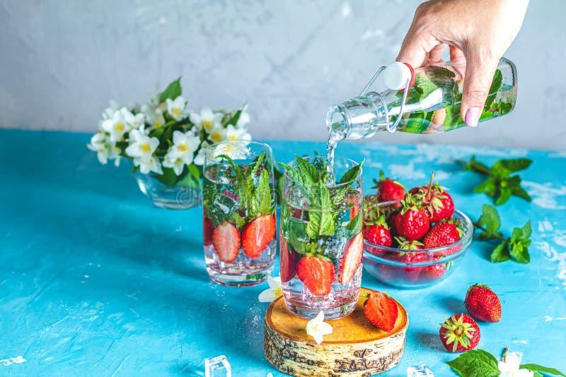 Detox goss Wasser mit Erdbeere und Minze in highball Gl?sern hinein stockfoto