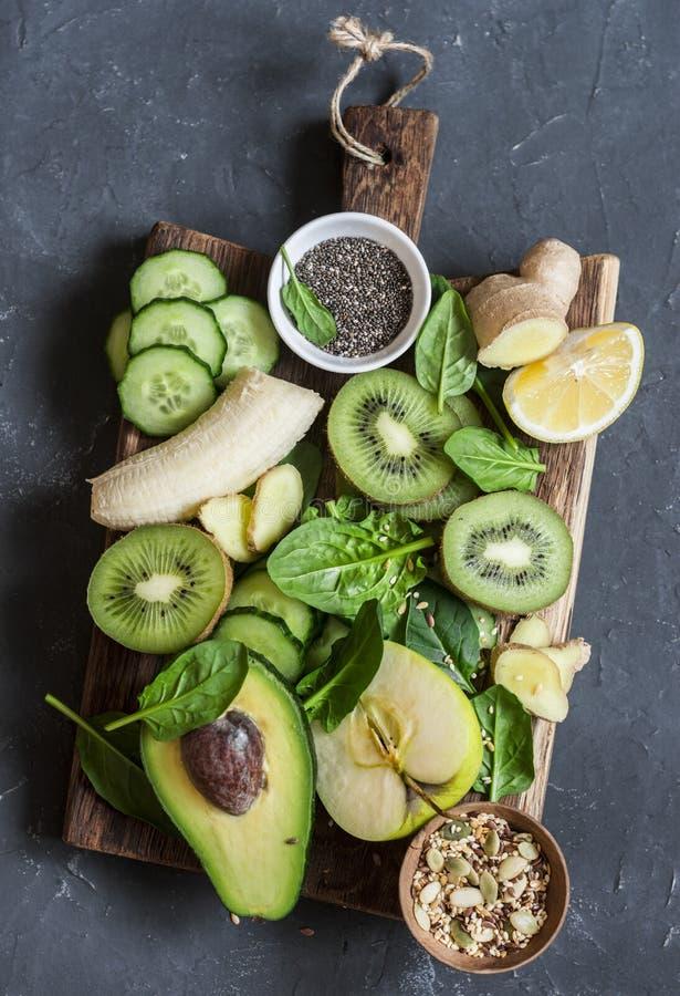Detox groene groenten en vruchten op een houten raad Concept een gezond, dieetvoedsel Smoothieingrediënten stock afbeelding