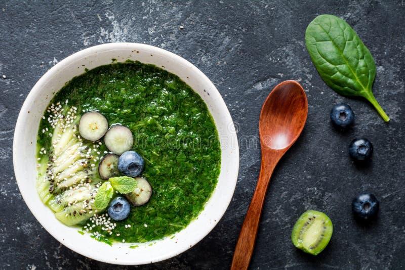 Detox groene smoothie in kom royalty-vrije stock foto's