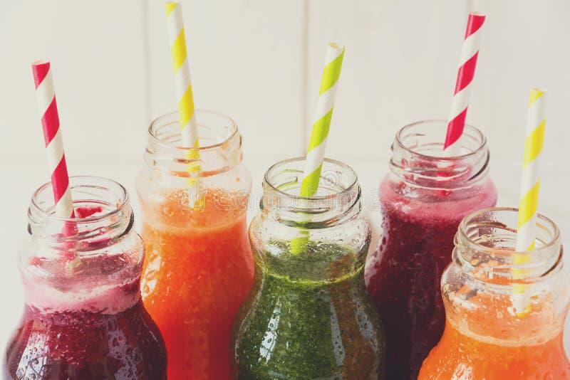 Detox napoje w butelkach: świezi smoothies od warzyw: burak, marchewka, szpinak, ogórek i jabłko, zdjęcie royalty free