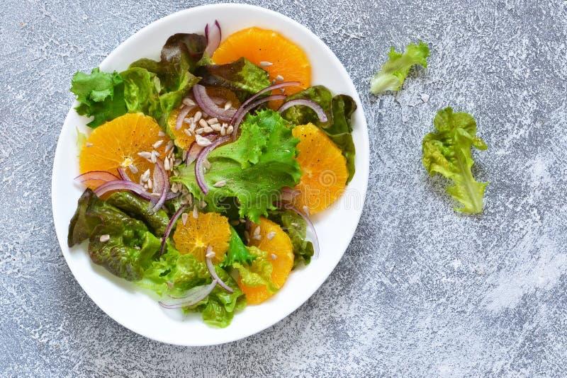 Detox odżywianie Sałatka z pomarańcze, cebulą i ziarnami na kuchennym stole, fotografia royalty free