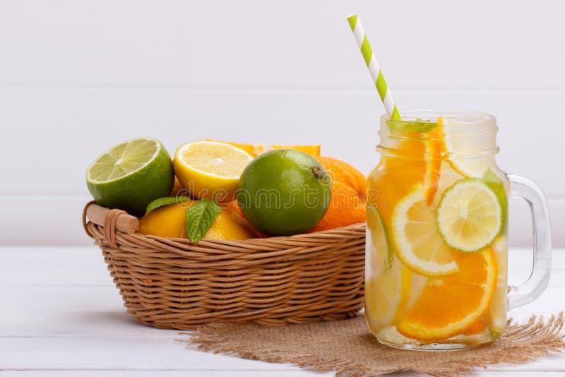 Detox owoc natchnąca doprawiająca woda obrazy stock