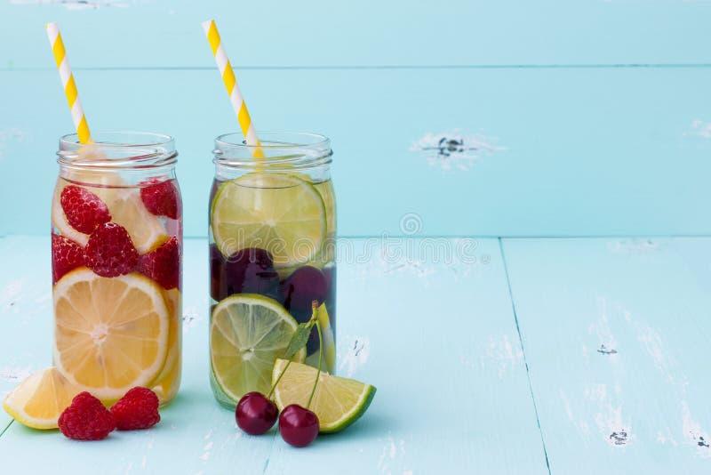Detox owoc natchnąca doprawiająca woda Odświeżającego lata domowej roboty koktajl Czyści łasowanie zdjęcia royalty free
