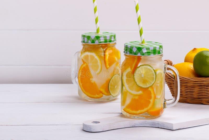 Detox owoc natchnąca woda zdjęcie royalty free