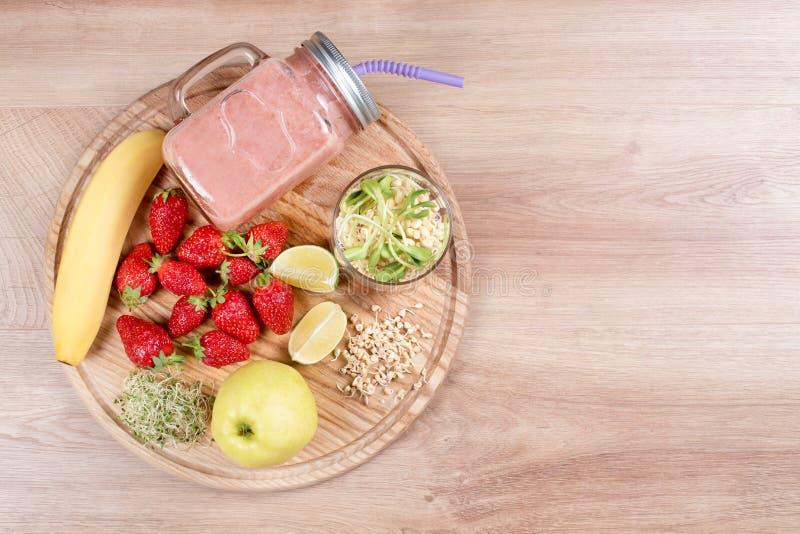 Detox reinigt drank, vruchten en bessen smoothie ingrediënten Natuurlijk, organisch gezond sap voor het dieet van het gewichtsver royalty-vrije stock afbeelding