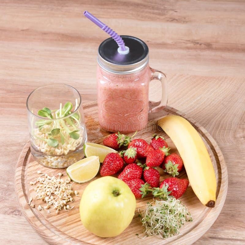 Detox reinigt drank, vruchten en bessen smoothie ingrediënten Natuurlijk, organisch gezond sap voor het dieet van het gewichtsver stock foto